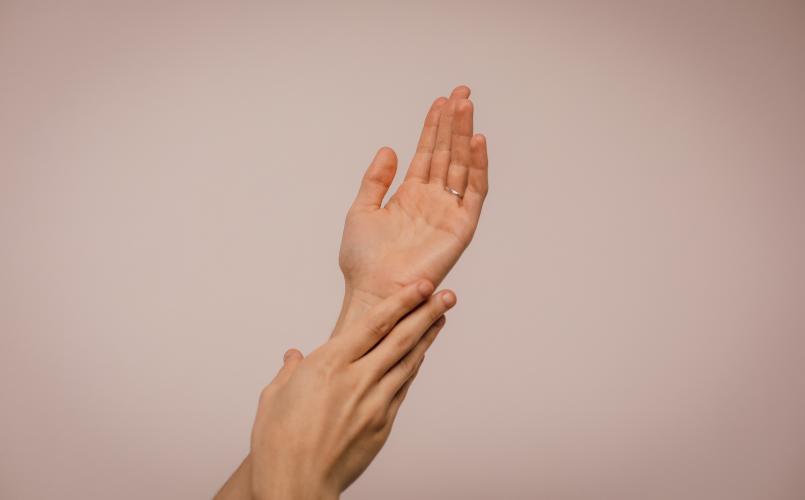pielęgnacja skóry dłoni jesienią i zimą